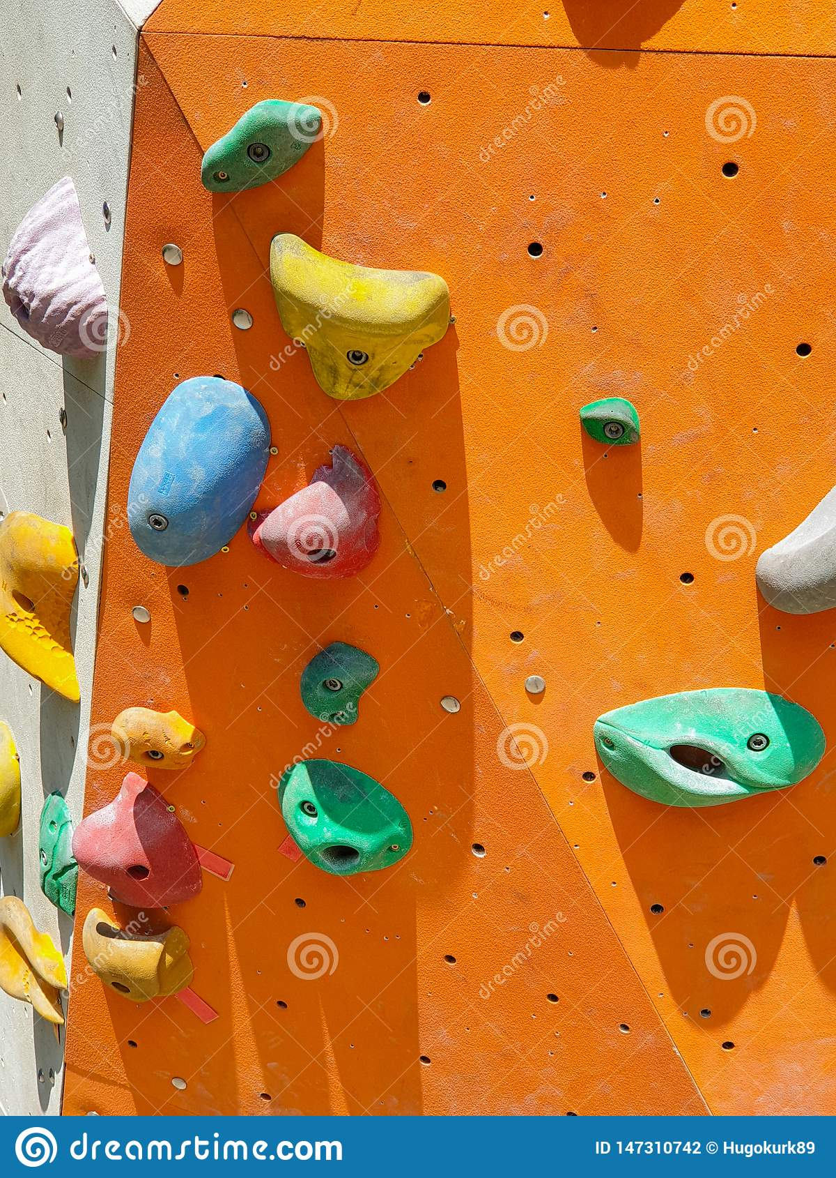 Sport dell interno ed all aperto che scalano parete di pietra