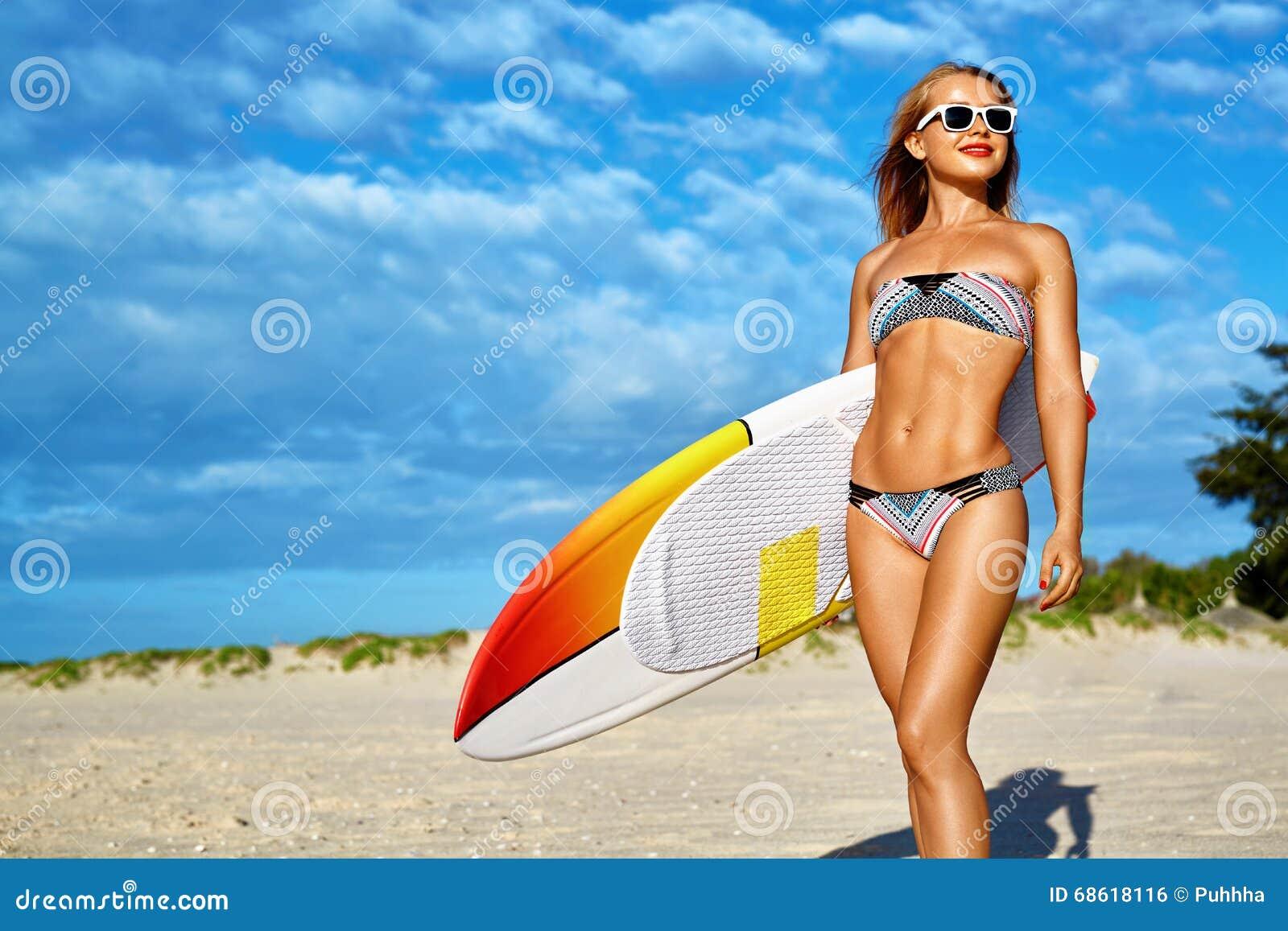 Sport di acqua Praticare il surfing Donna con il surf sulle vacanze di vacanze estive