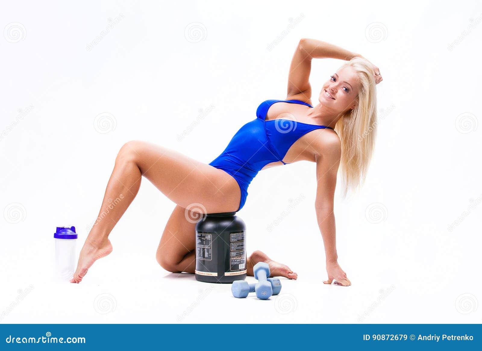 Sport dziewczyna z słojem proteina i dumbbells