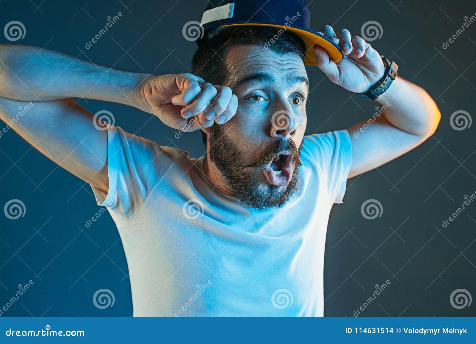 Sport, emozioni e concetto della gente del fan - sport di sorveglianza dell uomo triste sulla TV e sul gruppo di sostegno a casa