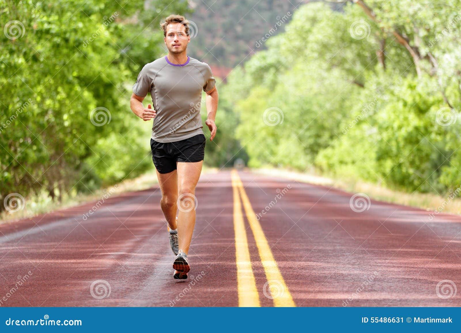 Sport en fitness agentmens die op weg lopen