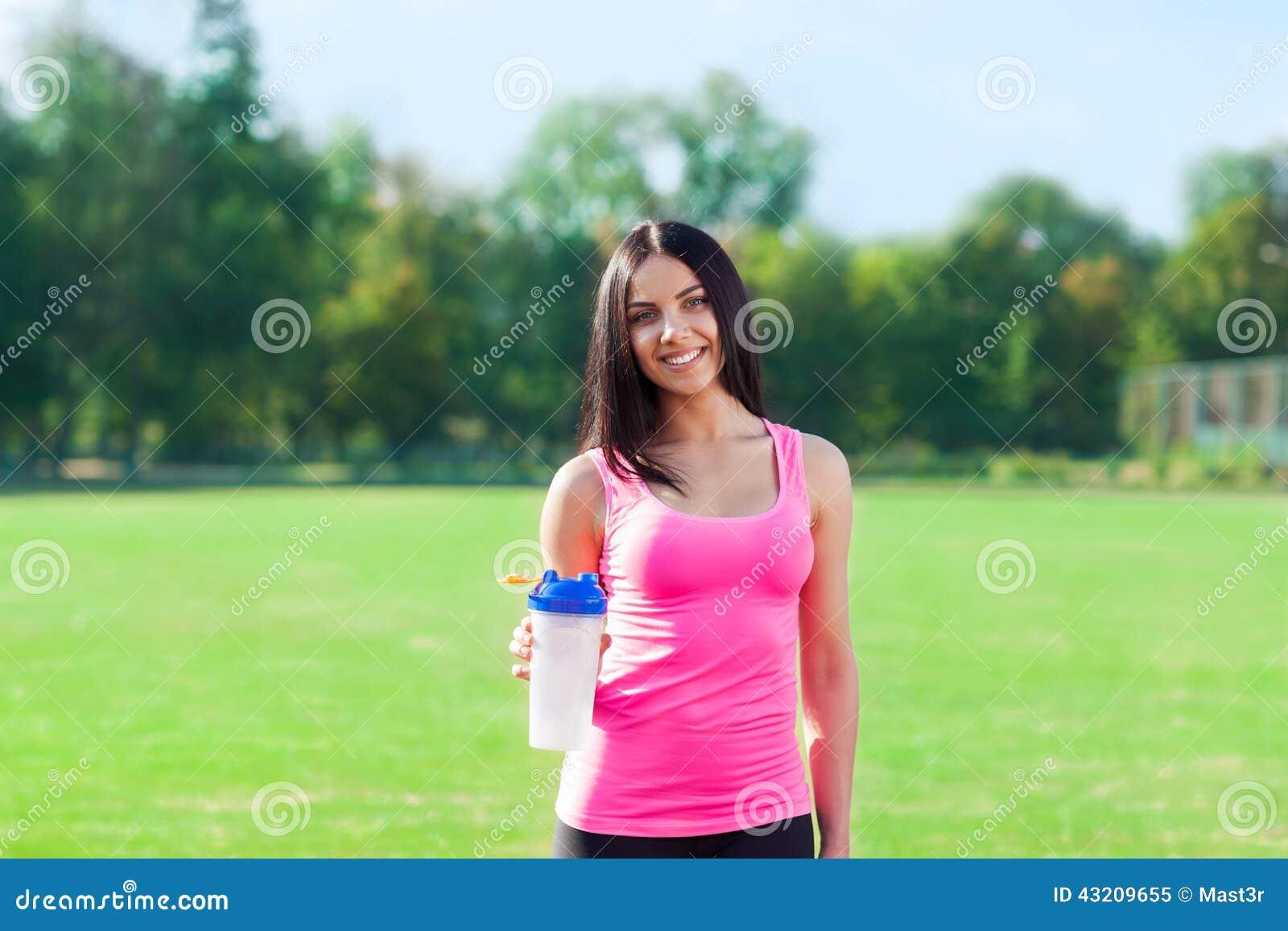 Download Sport För Flaska För Kvinnadrinkvatten På Stadion Fotografering för Bildbyråer - Bild av flicka, lyckligt: 43209655