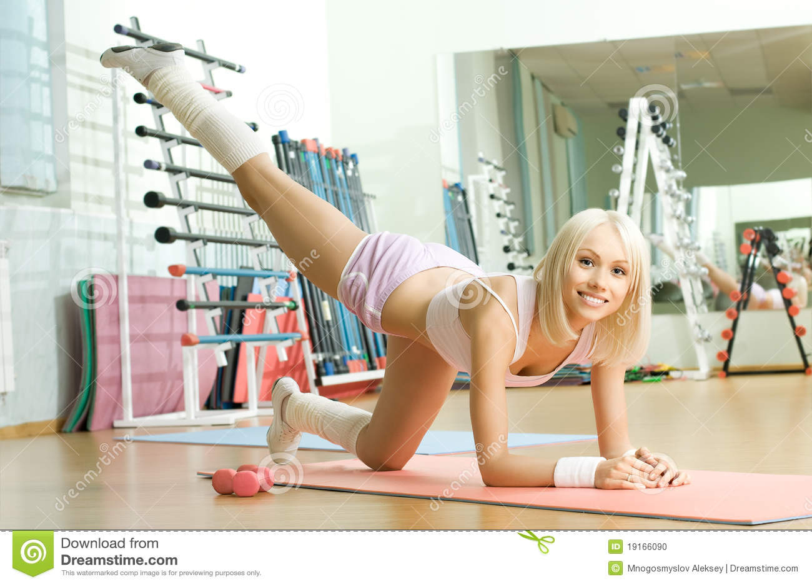 Русская девушка пришла заниматься фитнесом 1 фотография