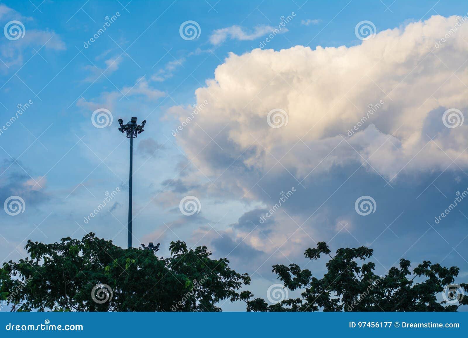 Sport lichte wolk en blauwe hemel