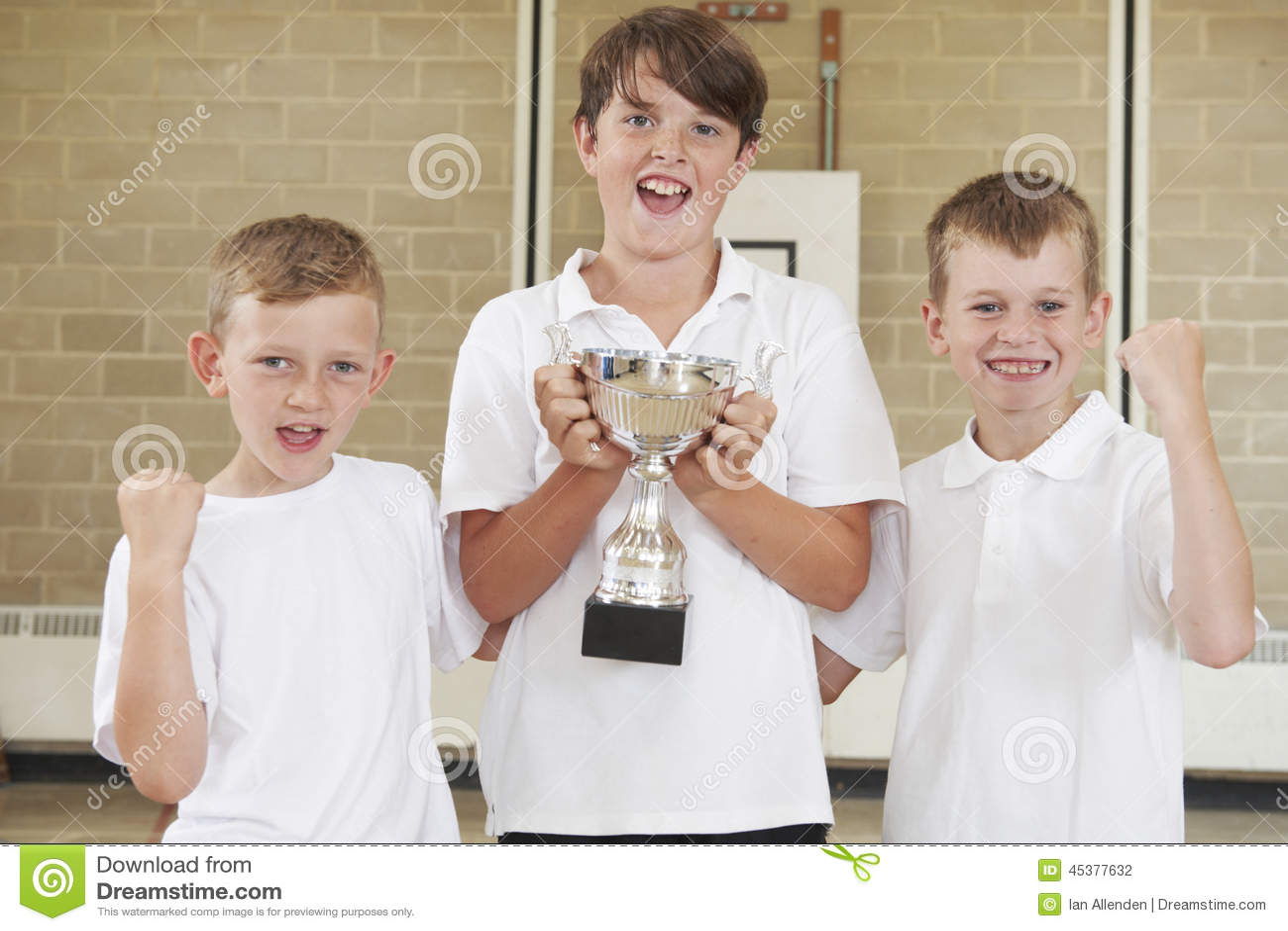 Sport maschii Team In Gym With Trophy della scuola