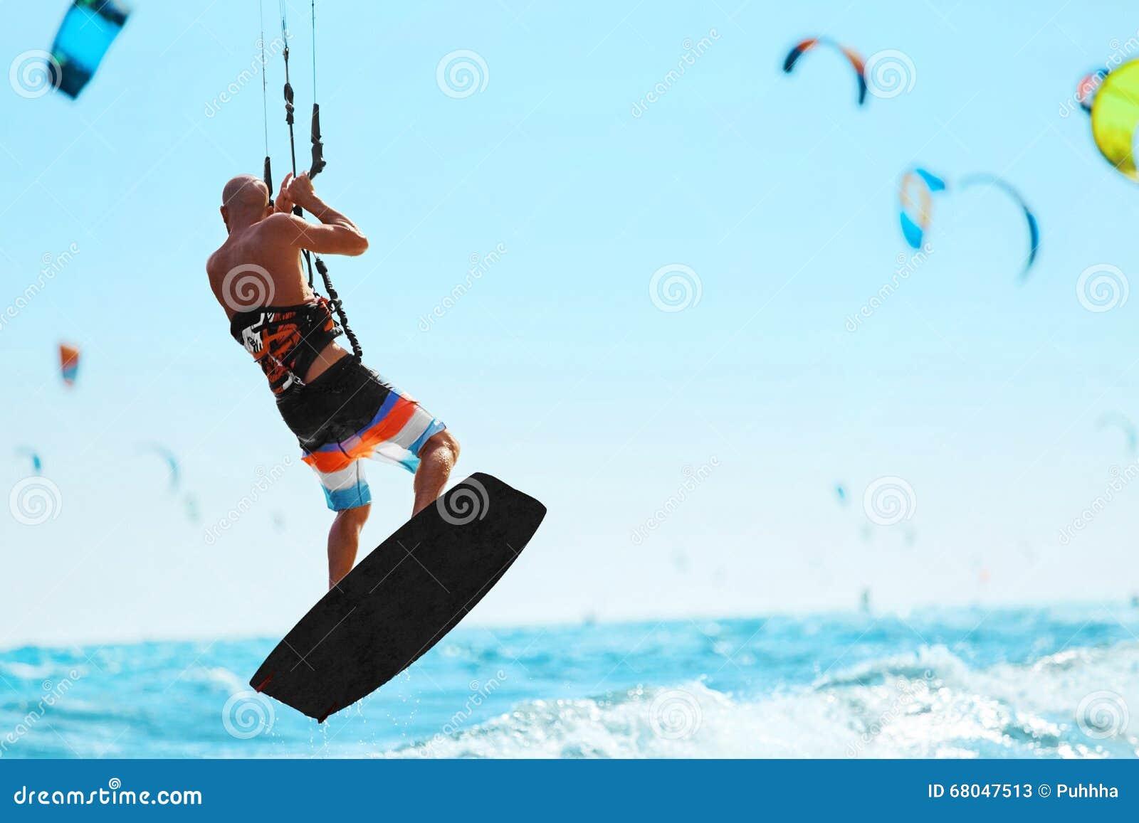 Sport vereinigt für Konkurrenzen in der Schwimmen und im Tauchen Kiteboarding, Kitesurfing im Ozean Extremer Sport