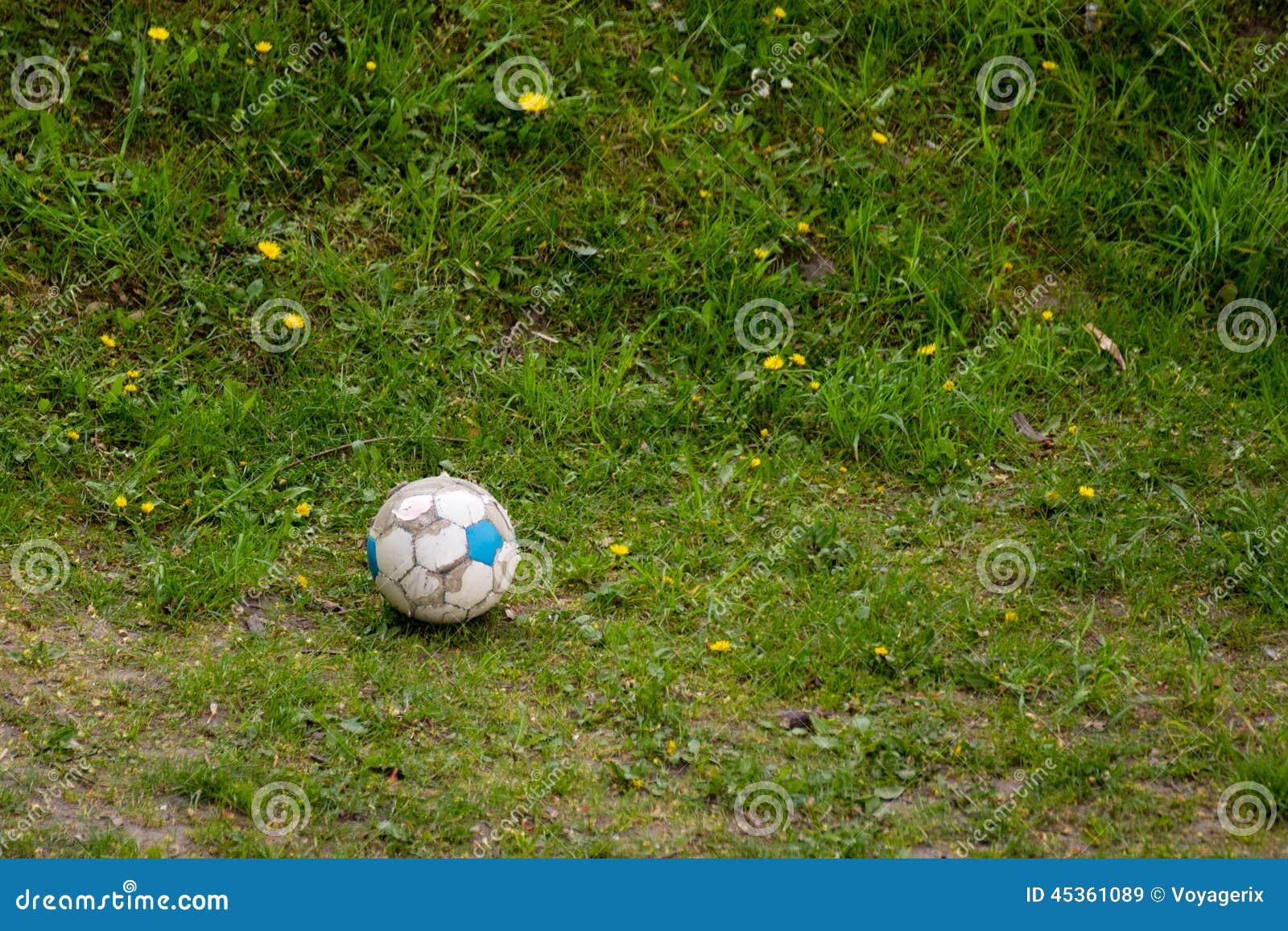 Sport Vieux ballon de football sale sur l herbe Football