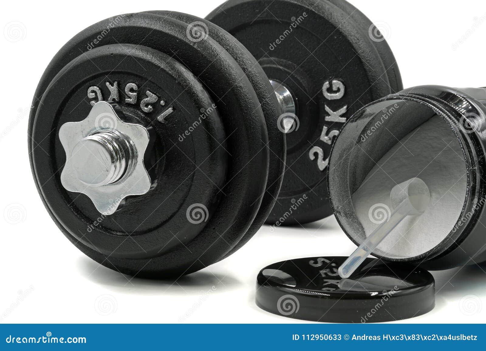 Sporta nadprograma proszek z pomiarową łyżką i dumbbell na białym tle