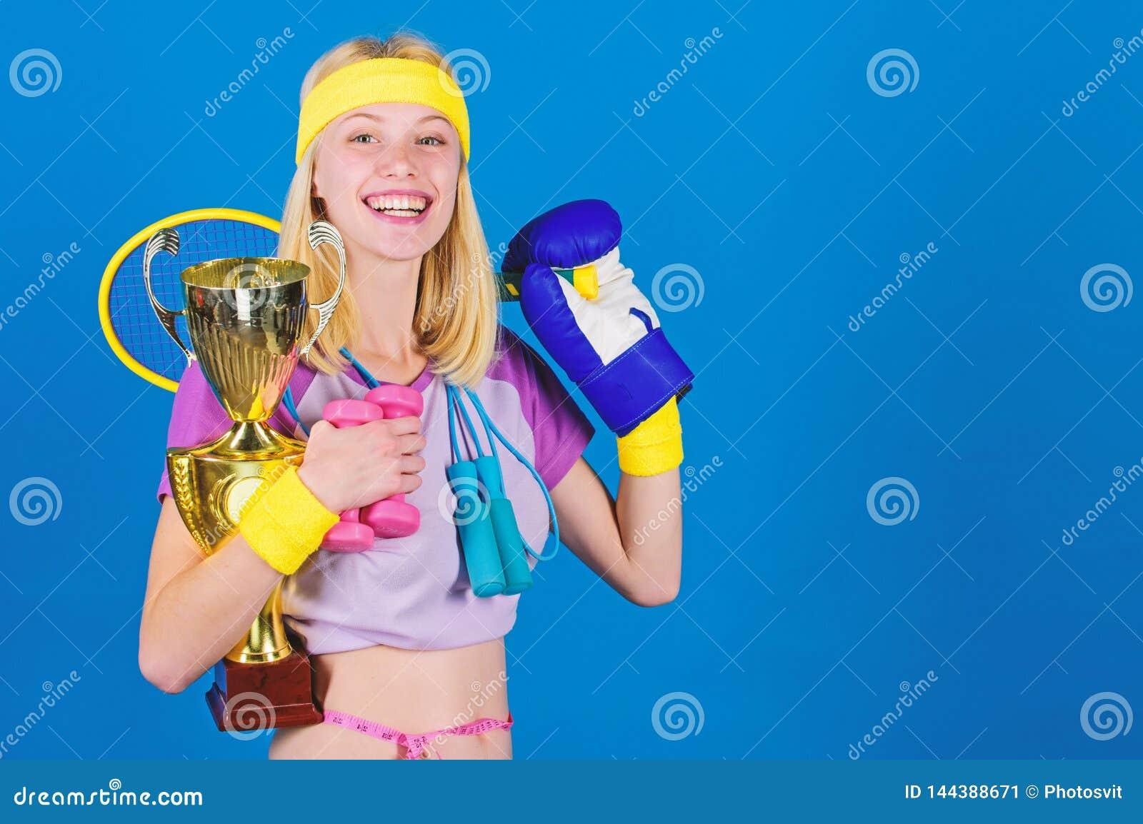 Sporta sklepowy asortyment Dziewczyny kobiety pomy?lnego nowo?ytnego chwyta z?ota czara sporta wyposa?enia i mistrza b??kita t?o