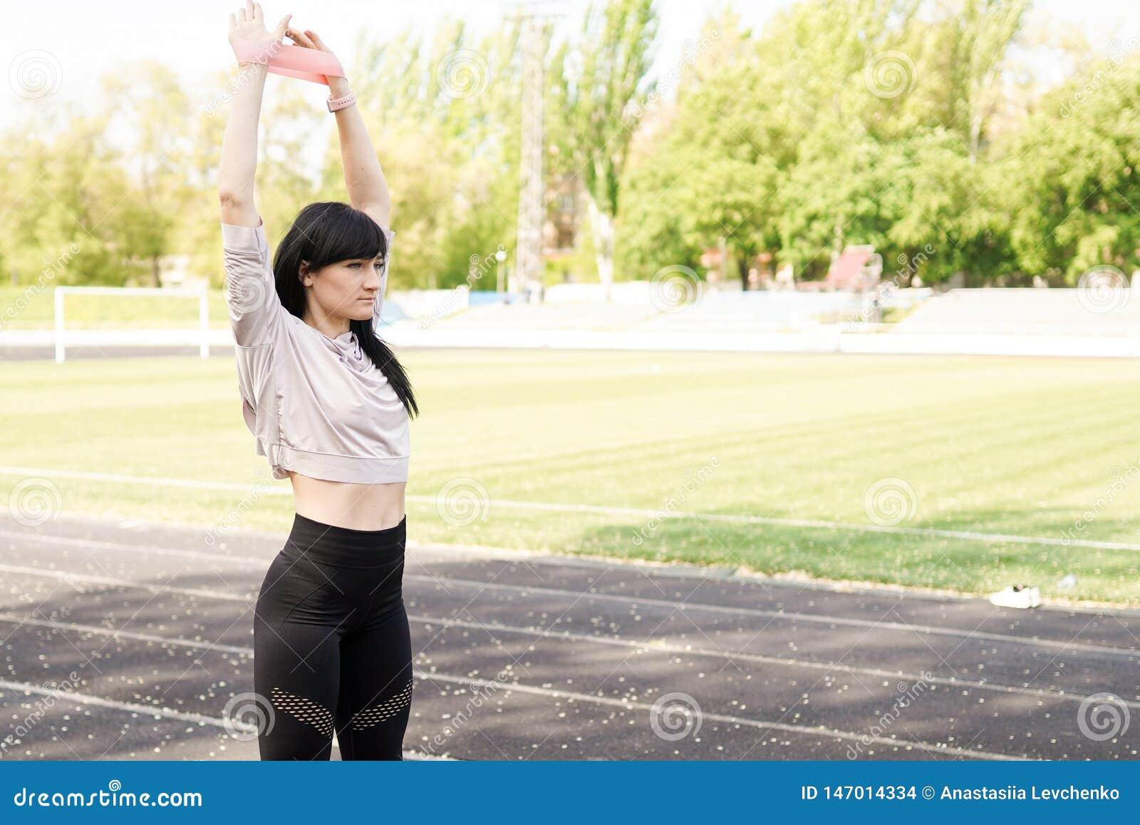 Sportbakgrund med kopieringsutrymme kvinnaidrottsman nen som utomhus g?r ?vningar sund livsstil f?r begrepp