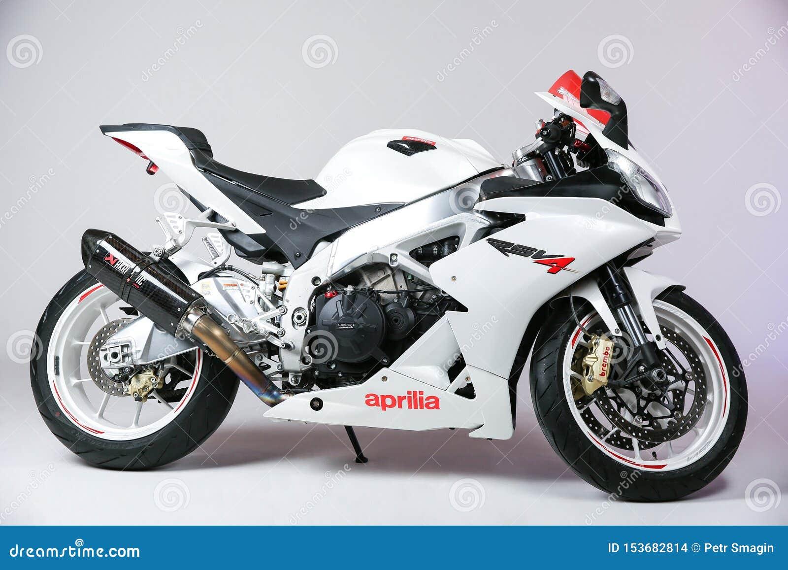 Sportbike blanc Aprilia RSV4 d isolement sur la vue blanche de fond du côté