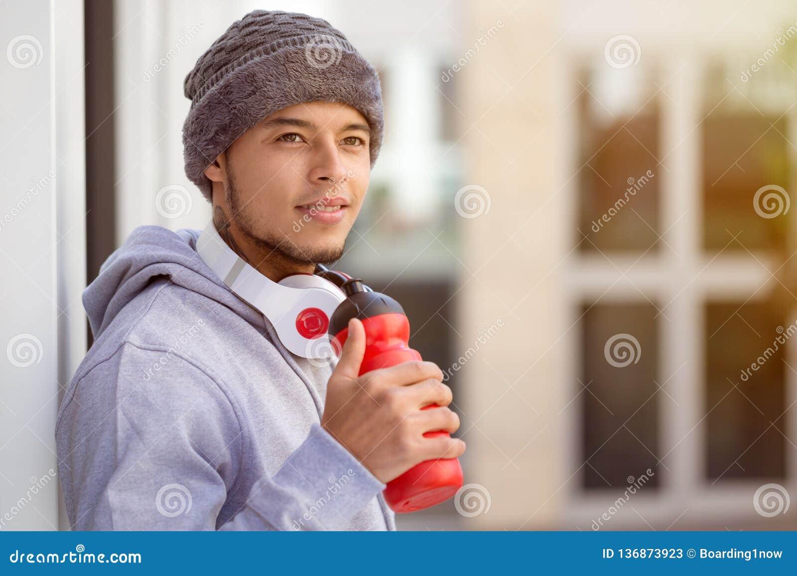 Sporten die jong Latijns mensen drinkwater opleiden die omhoog het denken de ruimte van het agent copyspace exemplaar kijken