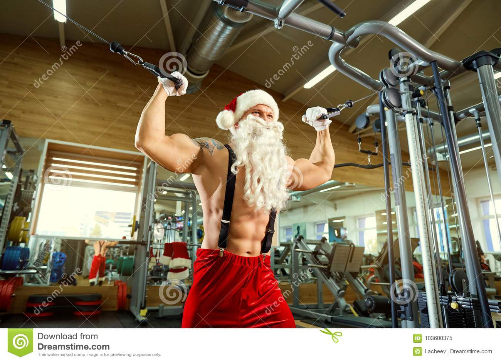 Sporten Santa Claus in de gymnastiek op Kerstmis