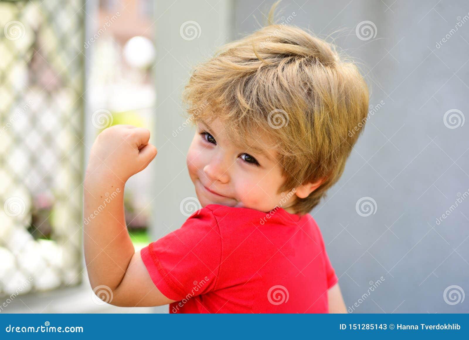 Sporten voor kinderen De sterke knappe jongen toont zijn spieren Peuter na opleidingstraining Gezonde Levensstijl weinig