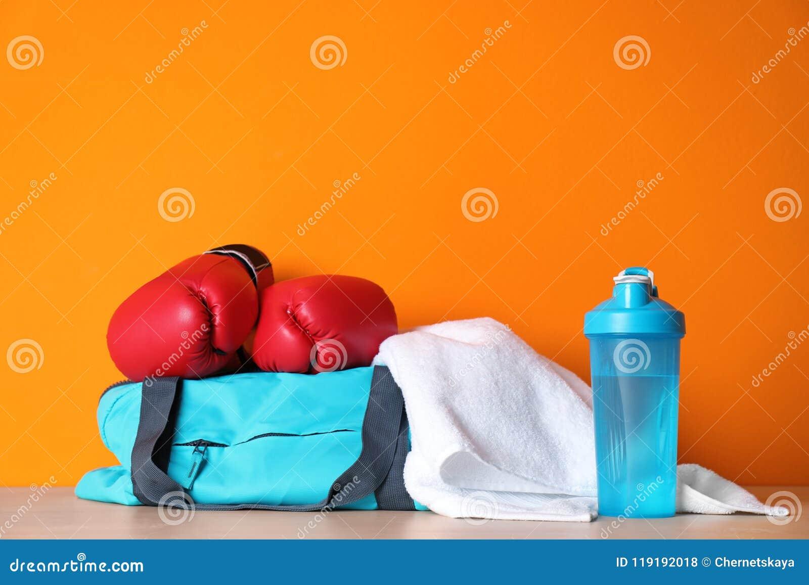 Sportenzak, bokshandschoenen, handdoek en fles