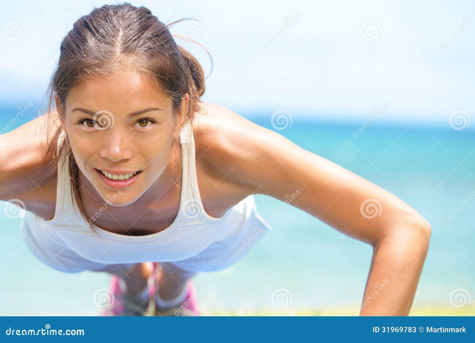 Sportfitness vrouw opleidingsopdrukoefeningen