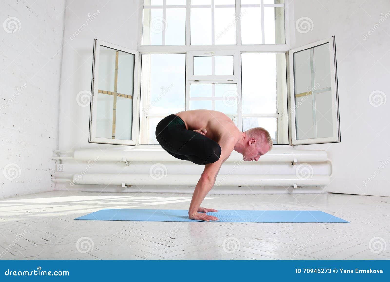 Sportieve Mens Het Praktizeren Yoga Handstand Urdhva ...