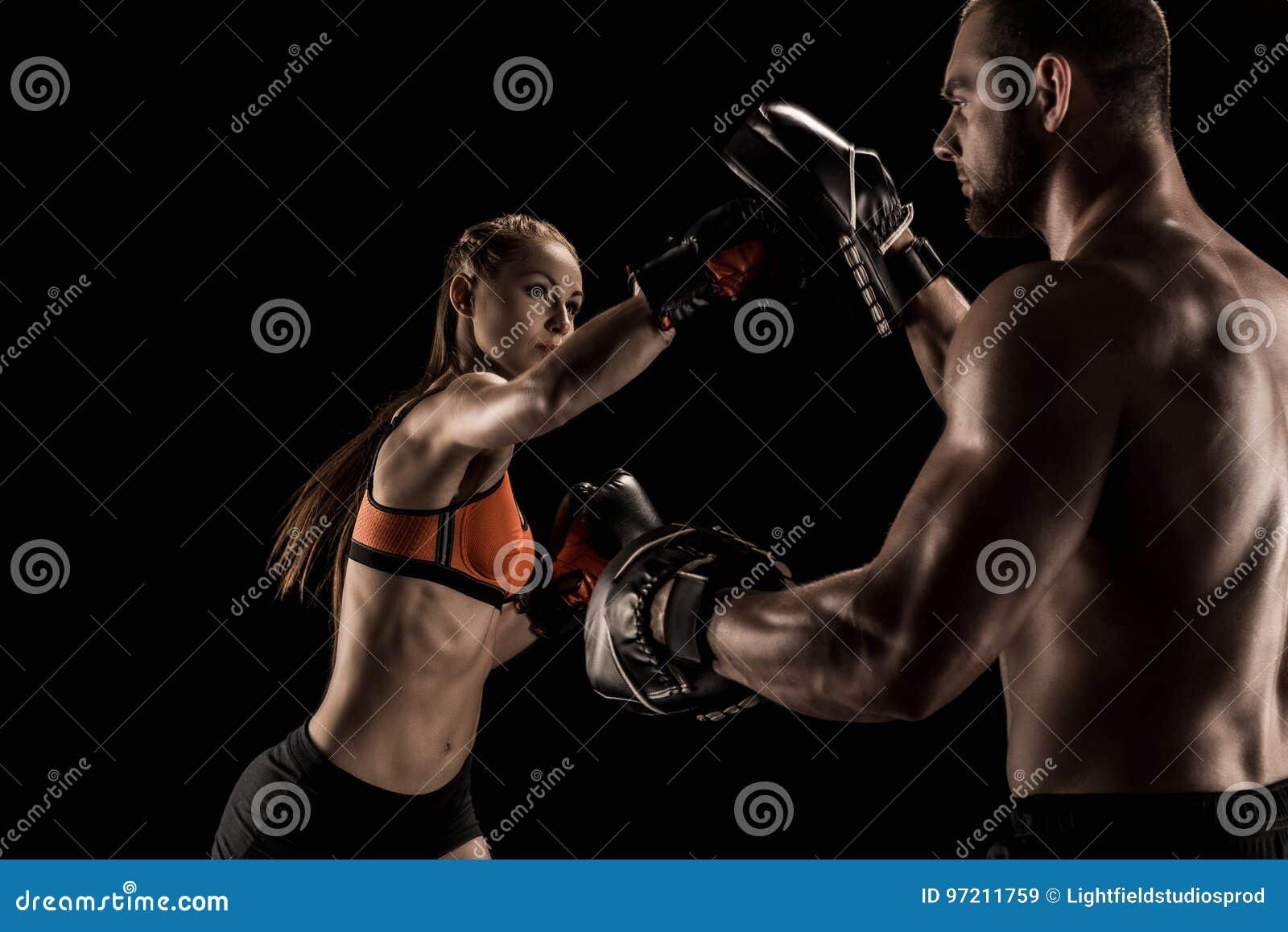 Sportieve spier jonge man en vrouw die samen in dozen doen