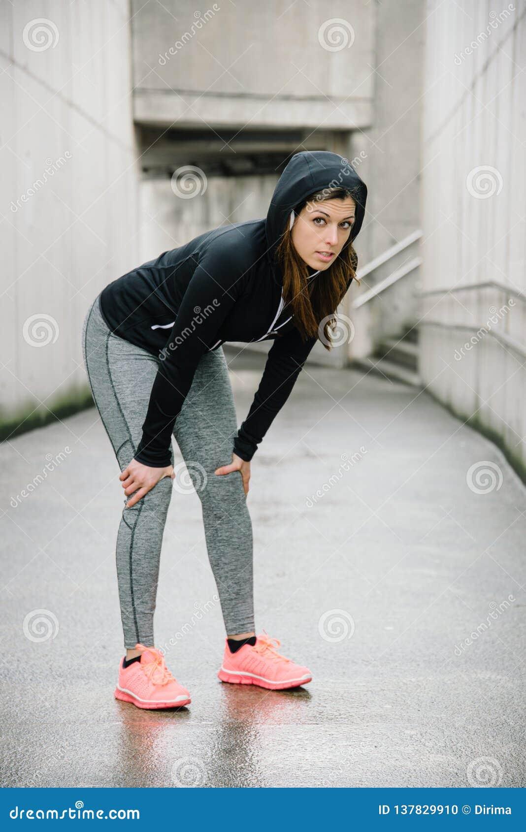 Sportieve vrouw die een rust nemen tijdens stedelijke training