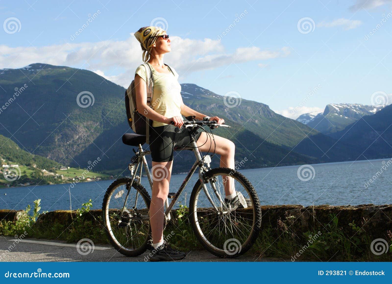 Sportieve vrouw op een fietsreis in bergen 2