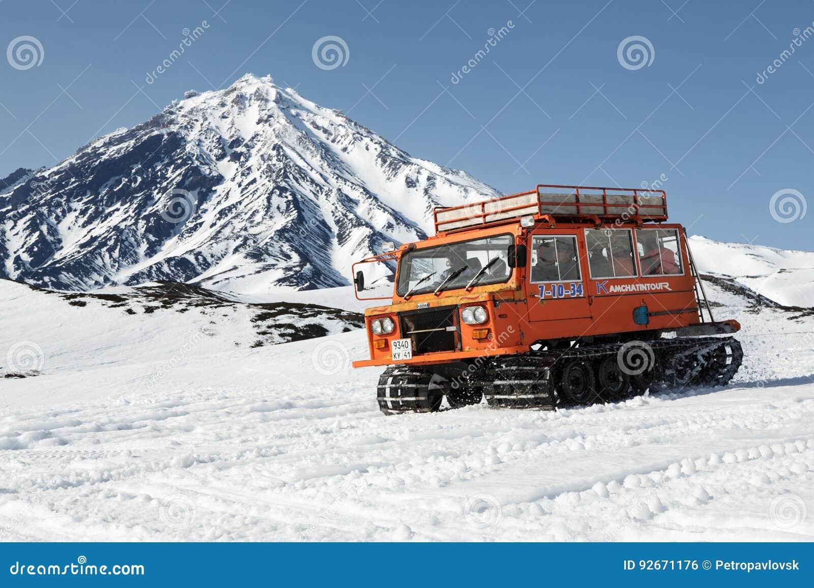 Autoneige sportif de transport d'autoneige sur les pentes neigeuses du volcan