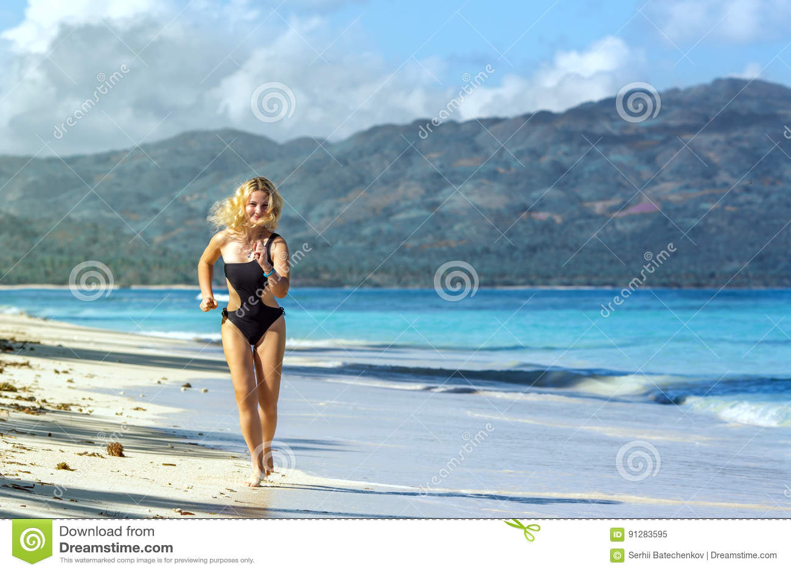 Sportig flicka på stranden