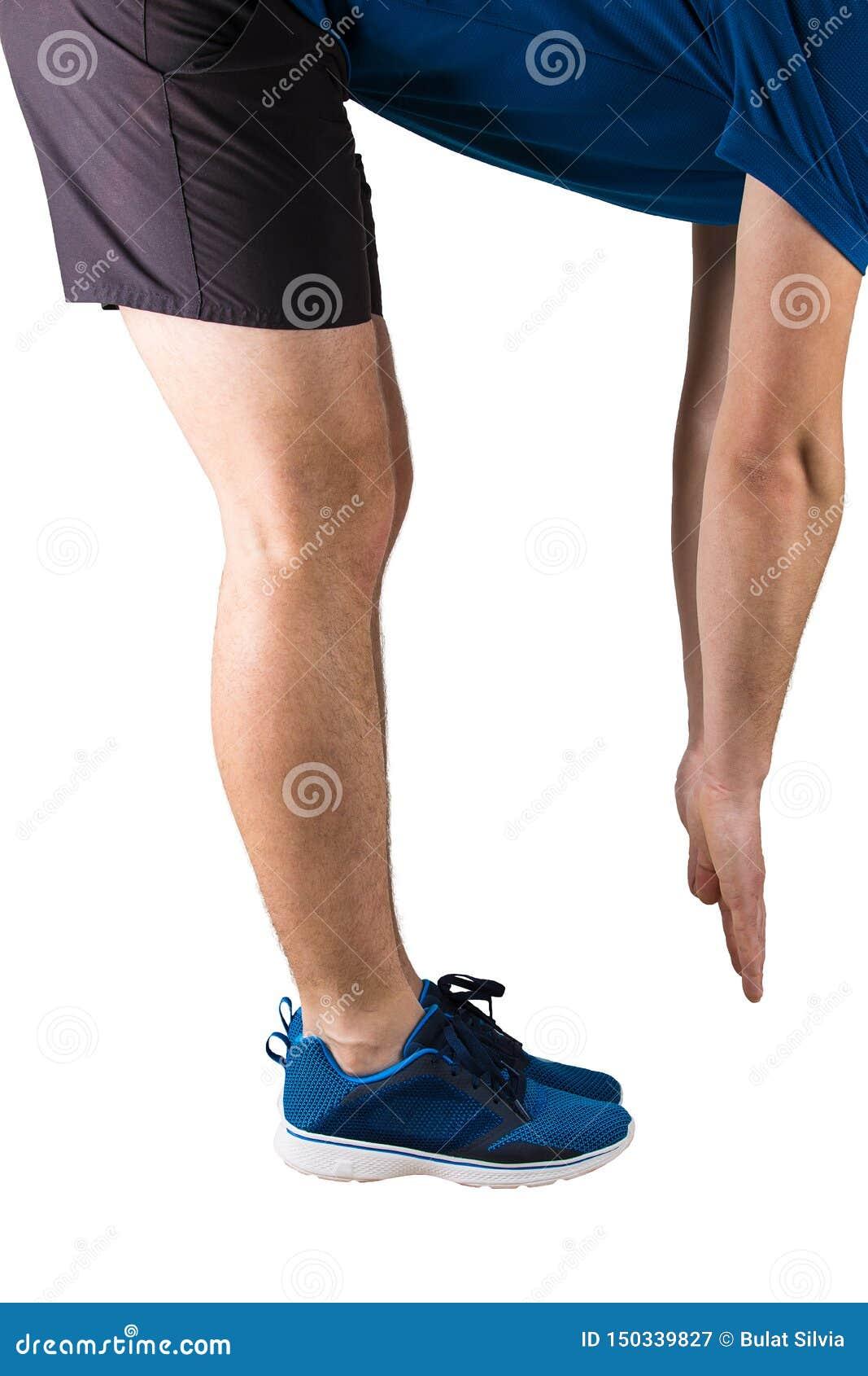 Sportig manidrottsman nen som gör värma övningar och idrottshall upp, innan att köra Konditionutbildning och muskelsträckning som
