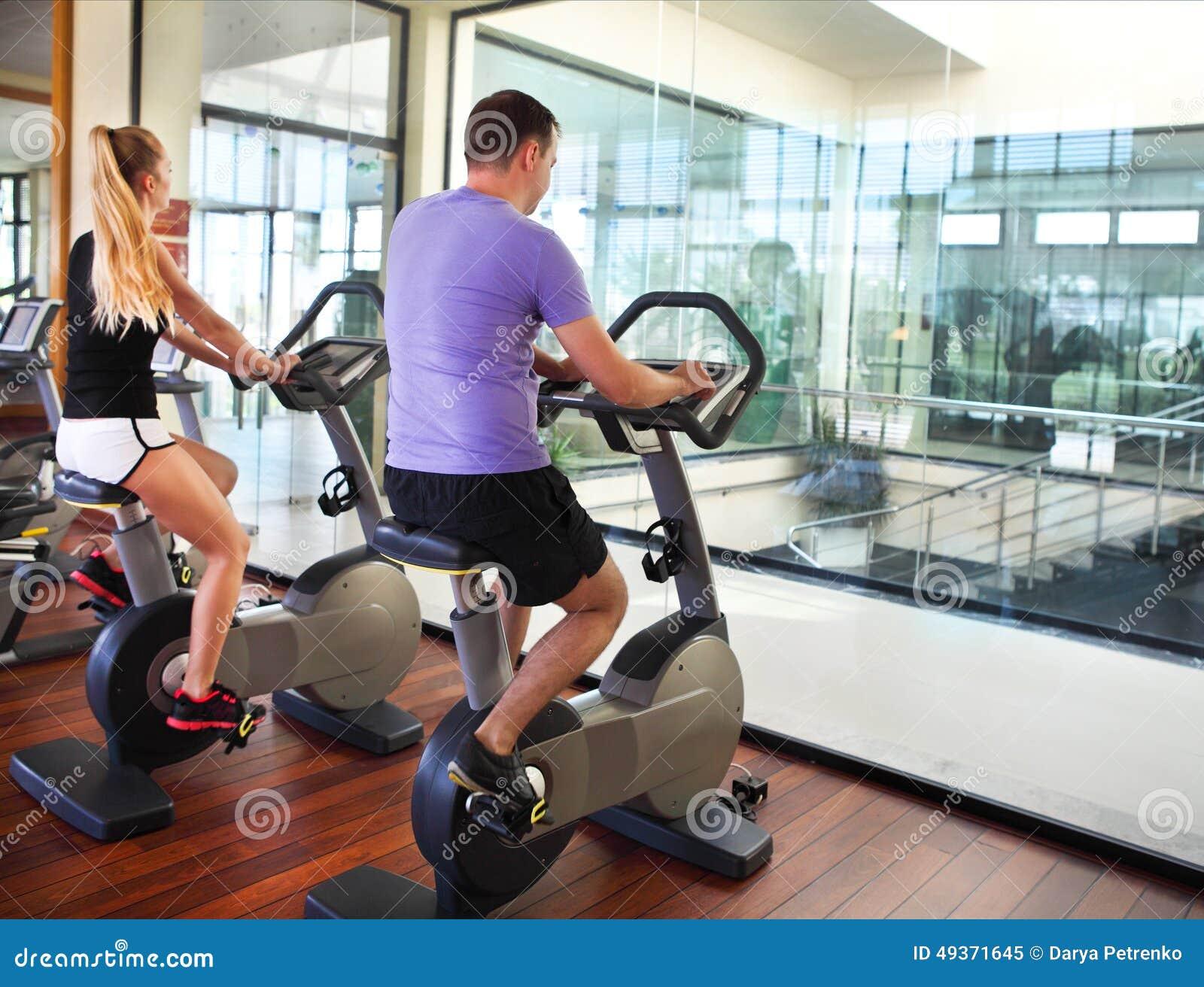 Sportiga par som övar på konditionidrottshallen