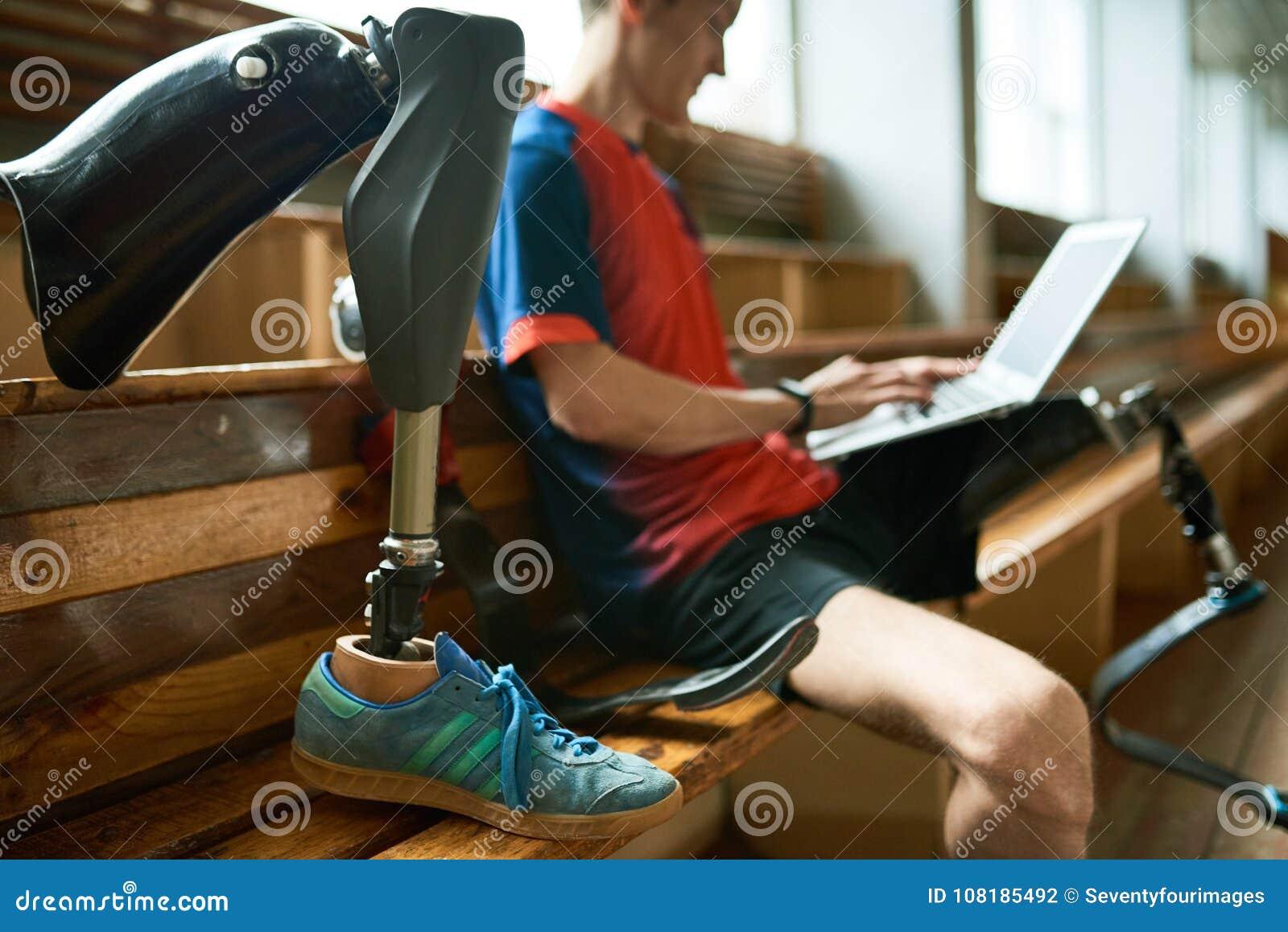 Sportivo disabile che per mezzo del computer portatile
