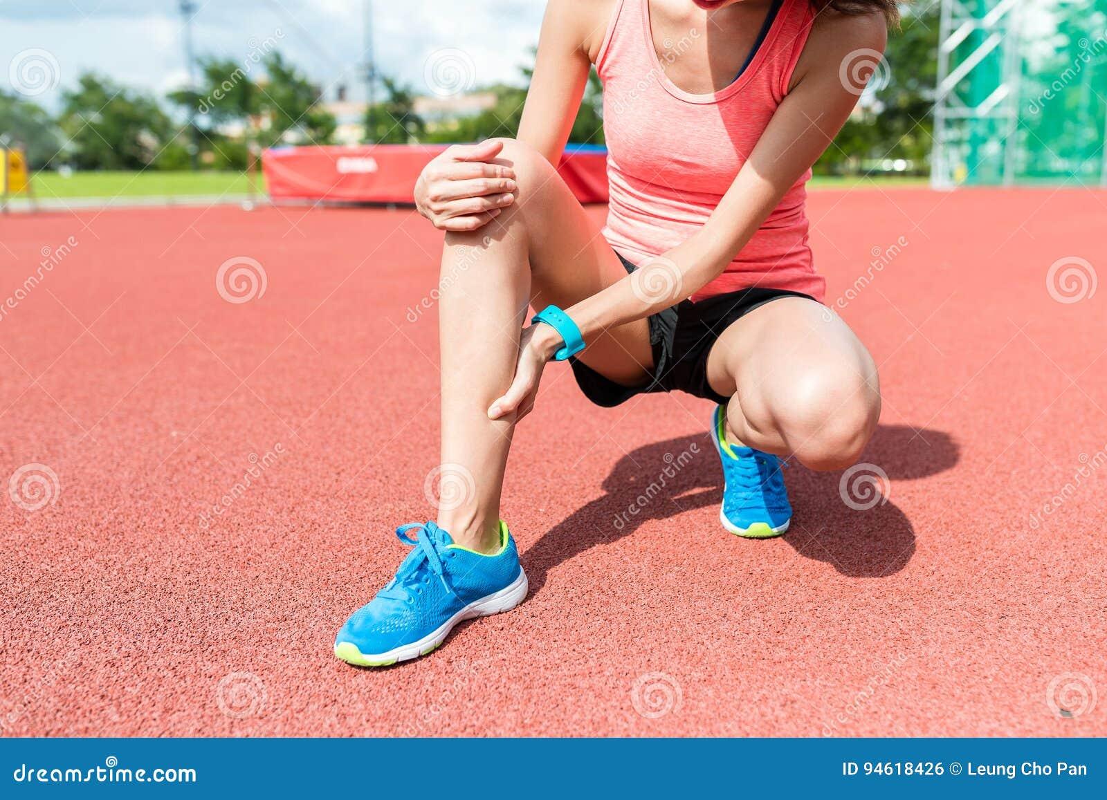 Sportkvinna som får gjord ont på ben