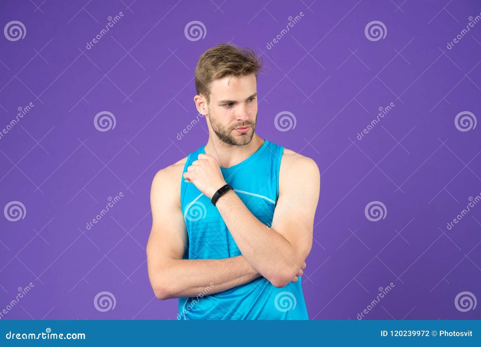 Sportman met in kapsel en baard Sexy kerel die in gymnastiek, gezondheids en geschiktheidsconcept uitwerken Atleet in blauw vest
