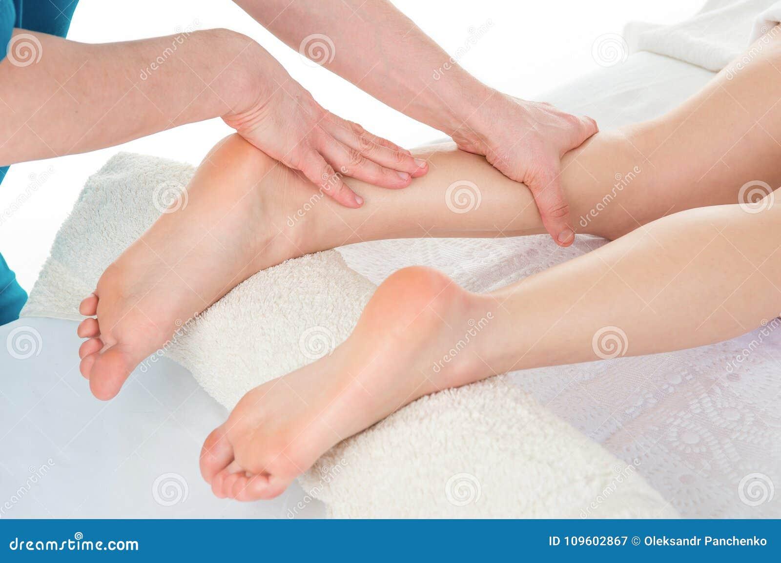 Sportmassage Massageterapeut som arbetar med patienten, massagin