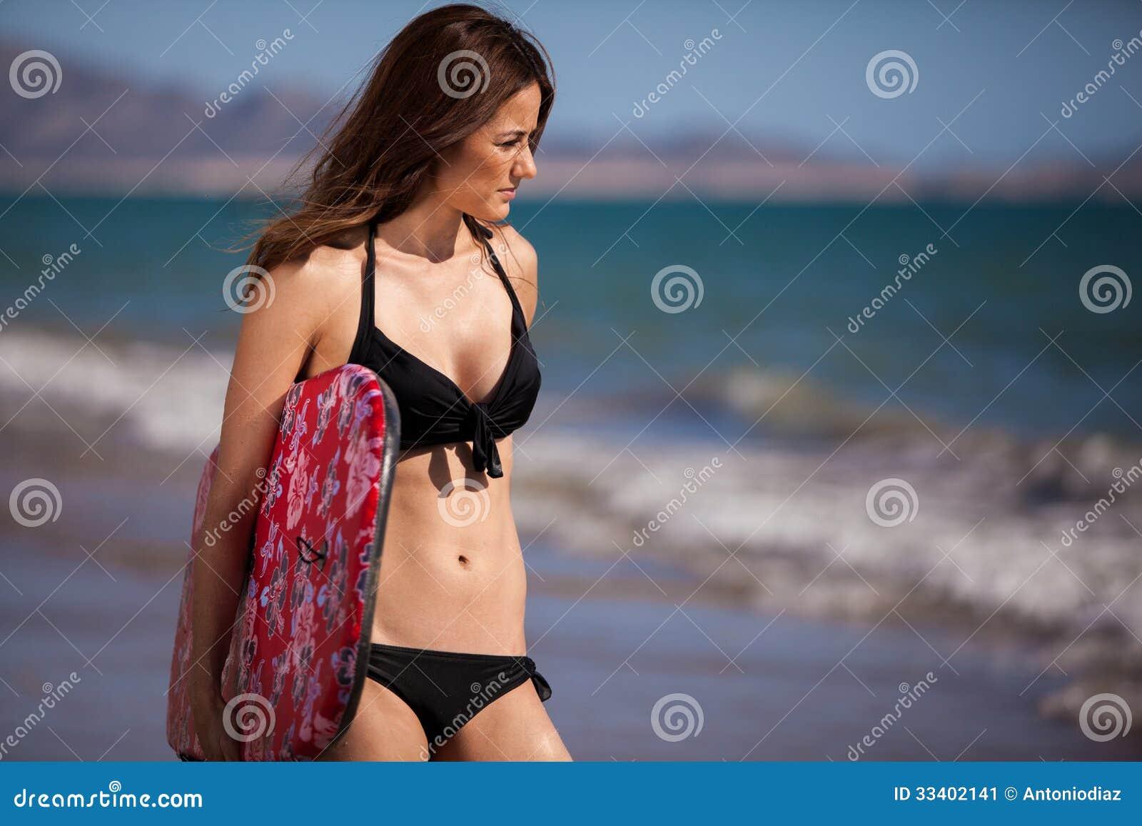 Sportowa kobieta przygotowywająca surfować