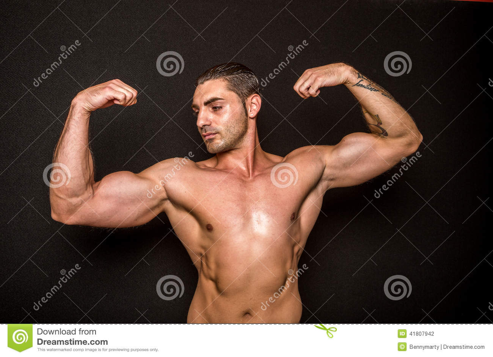 Sportowa samiec pokazuje bicepsy
