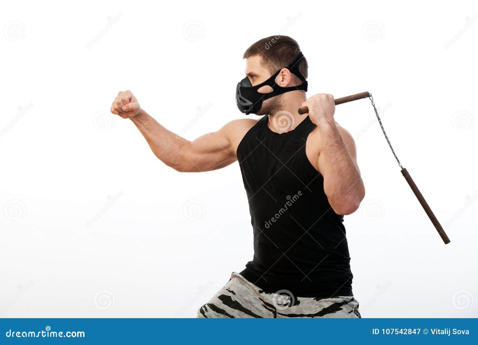 Sportowy mężczyzna z nunchaks