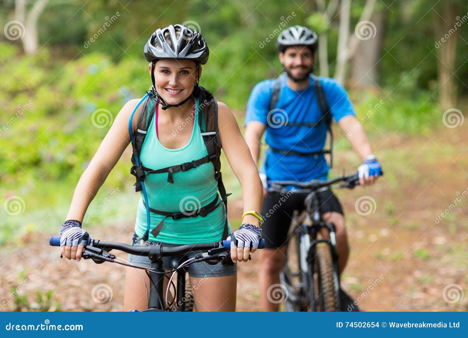 Sportowy pary kolarstwo w lesie
