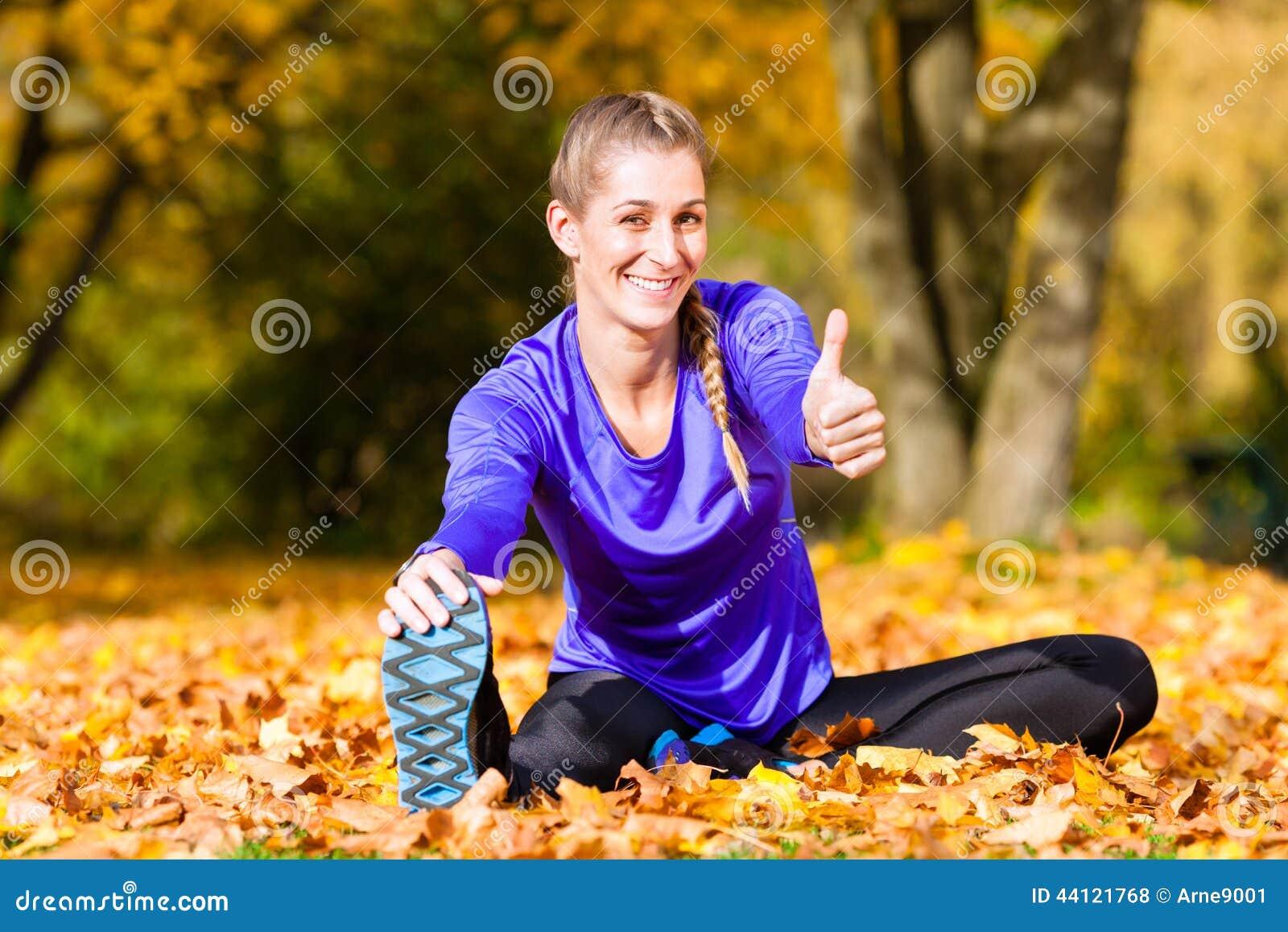 Sportsmenka sporta rozciąganie w jesieni