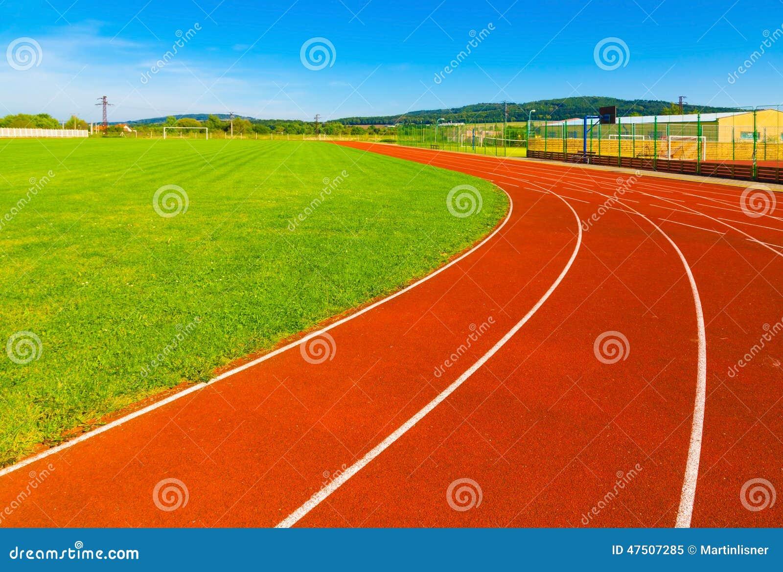 Sportterrein met synthetisch gras en verschillende noteringen stock