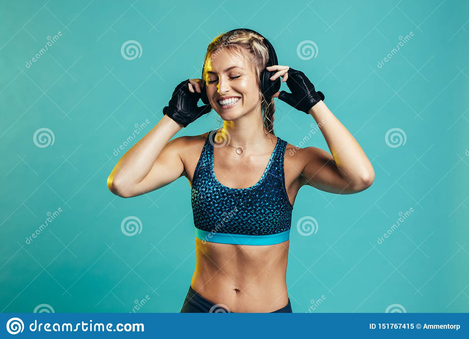 Sportvrouw die na opleidingssessie rusten