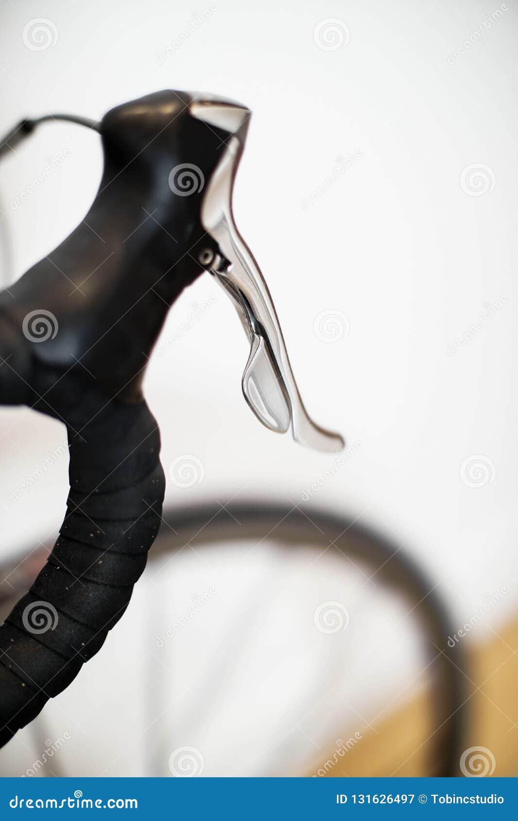 Sporty ściga się rowerowego handlebar z chrom hamulcową dźwignią