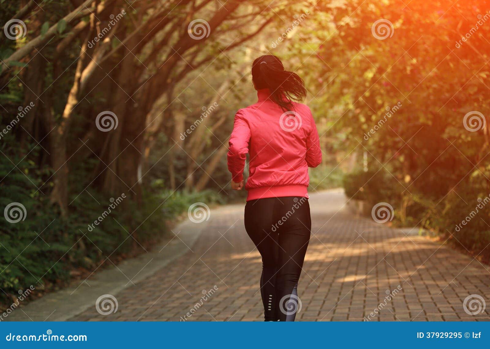 Sporty женщина бежать на следе