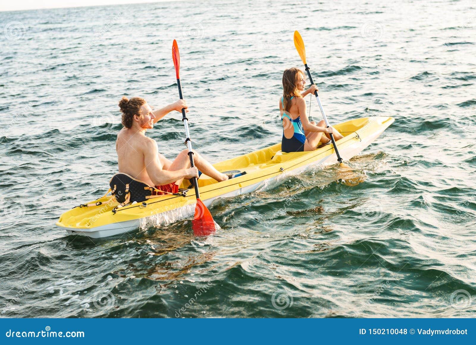 Sporty atrakcyjna para kayaking