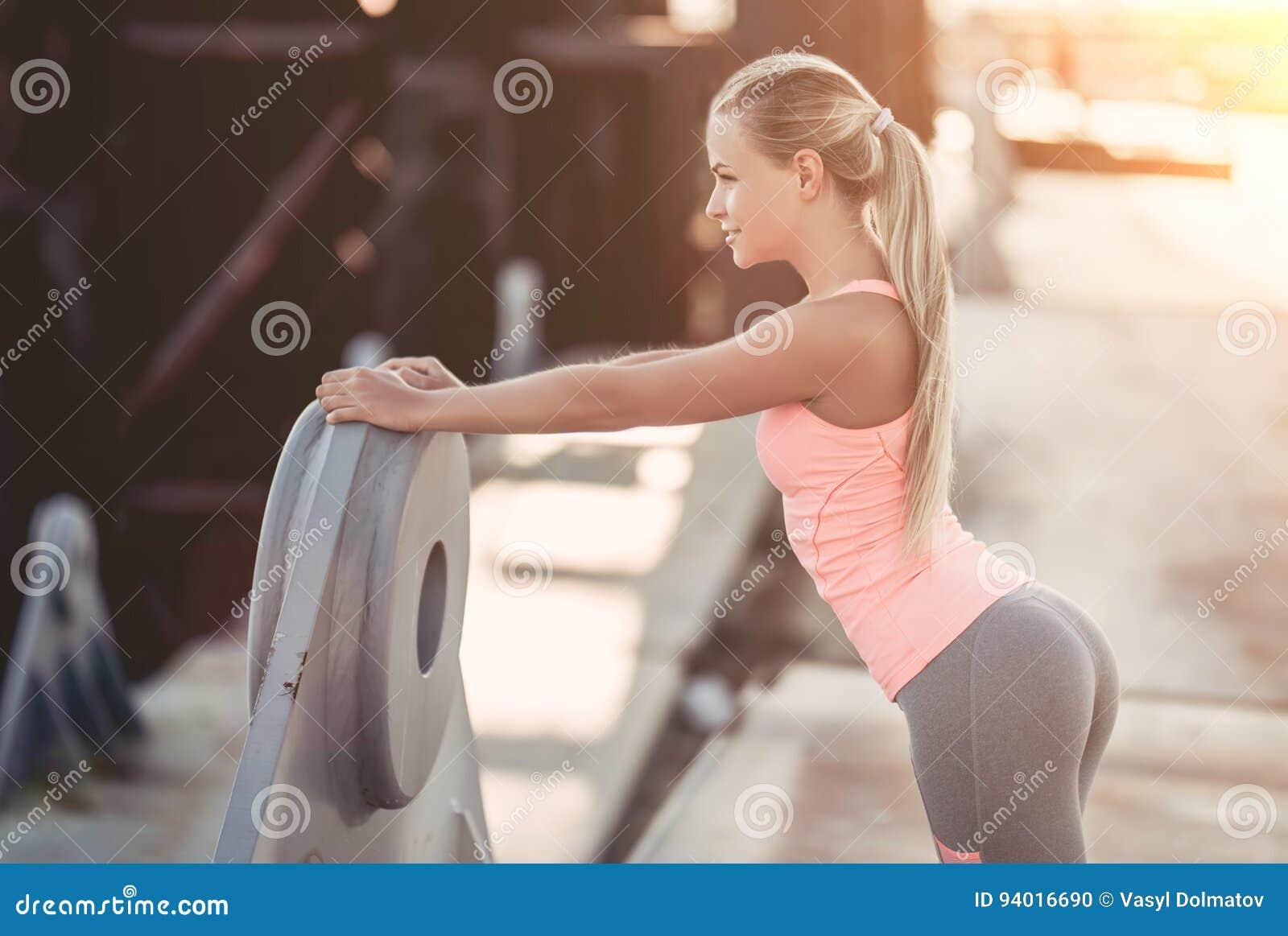 Sporty dziewczyna na ulicie