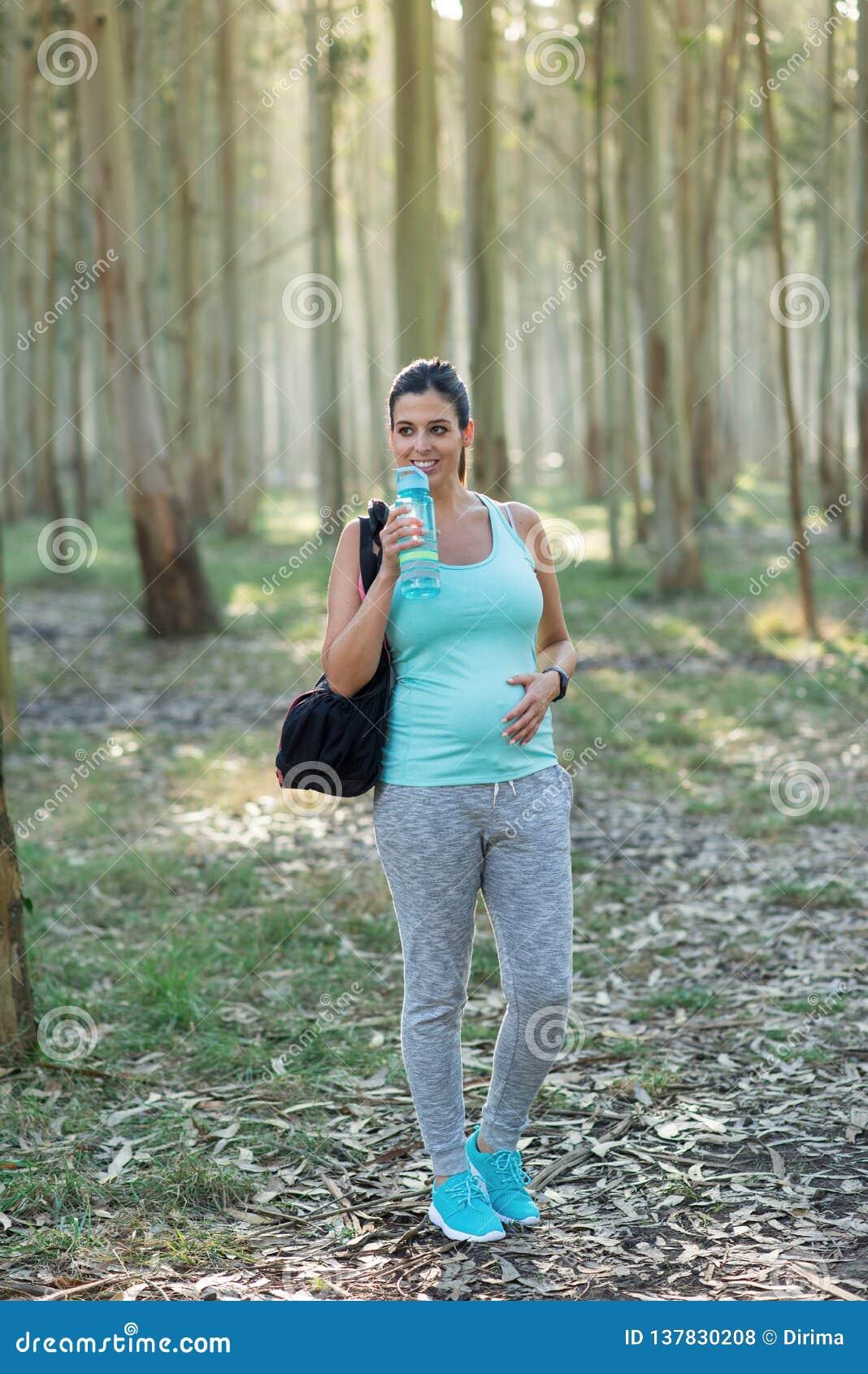 Sporty expectant matka na plenerowym sprawność fizyczna treningu