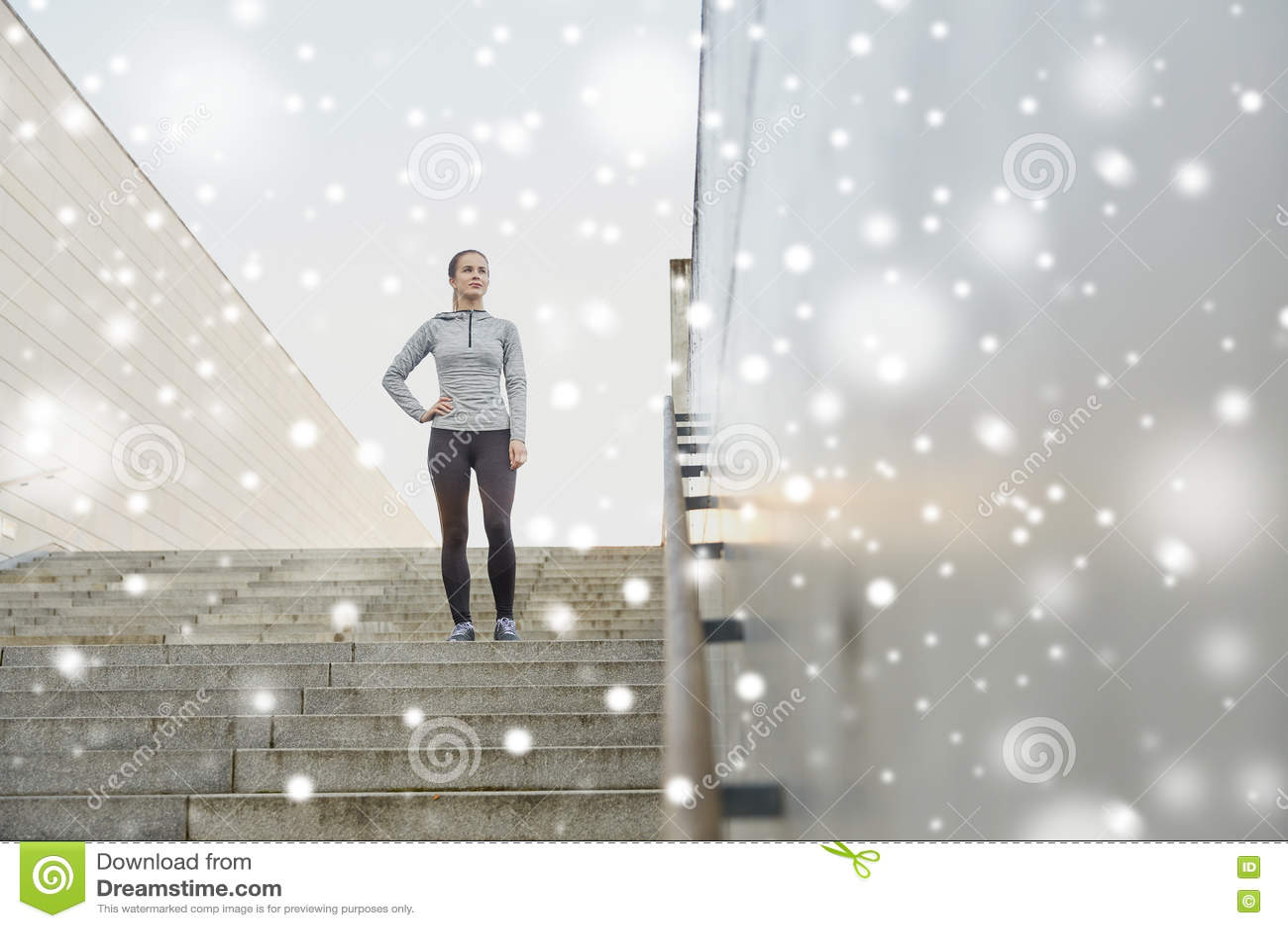 Sporty kobieta stoi dalej w miasto schodkach
