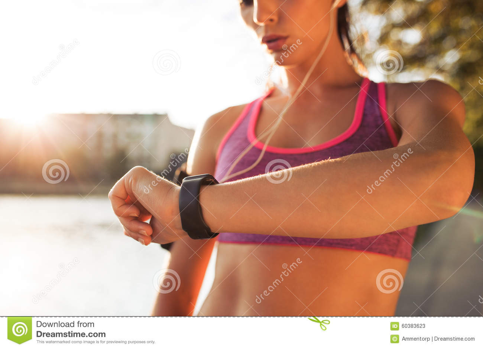 Sporty młoda kobieta sprawdza puls