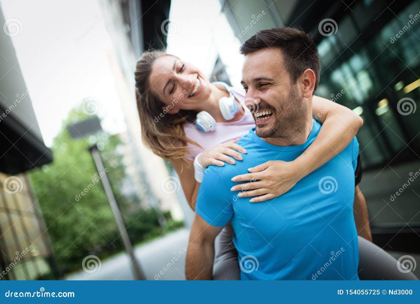 Sporty szczęśliwa para ćwiczy wpólnie poj?cie odizolowywaj?cy sporta biel