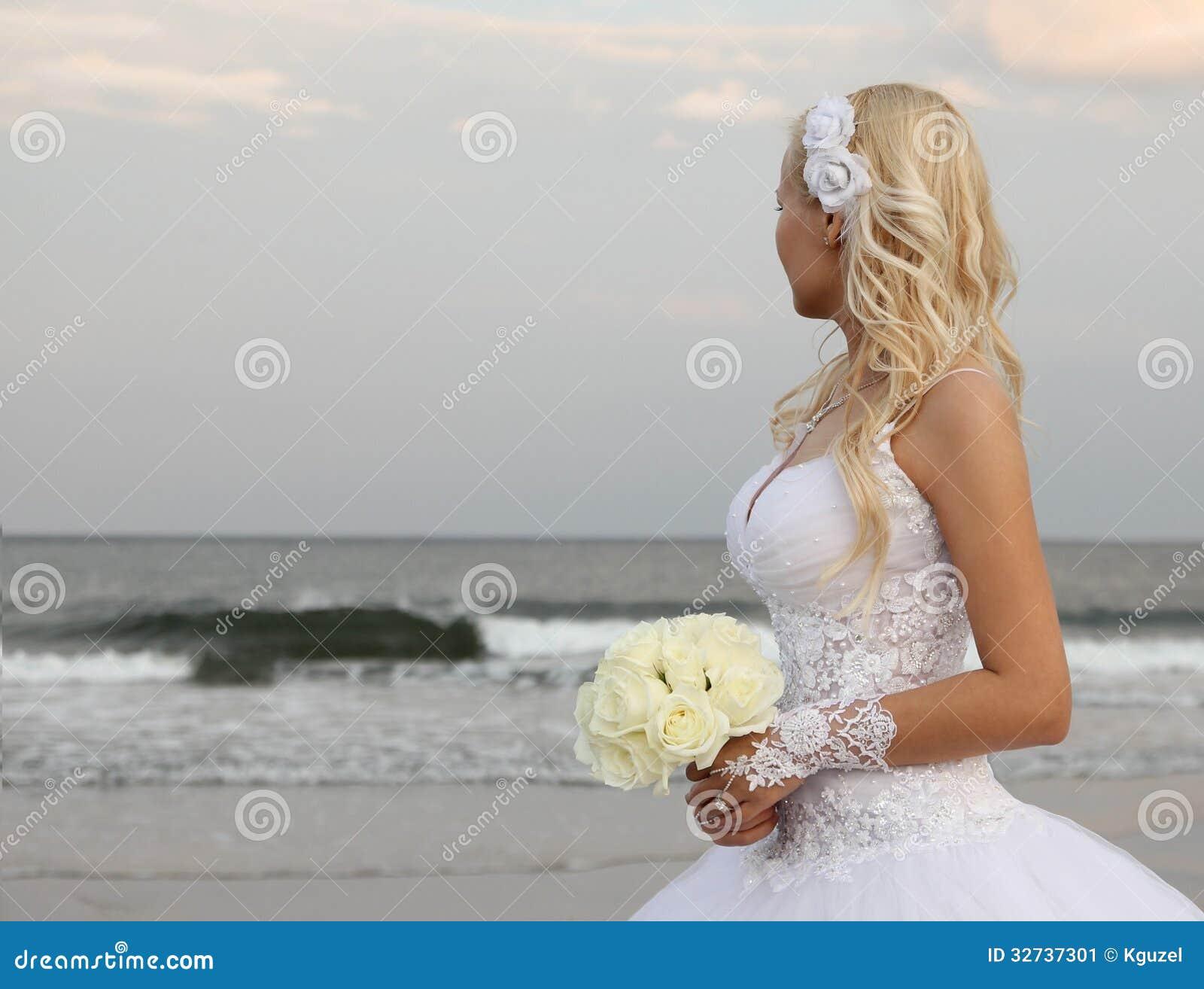 Sposa bionda che cammina sulla spiaggia bella donna in for Sposa che corre