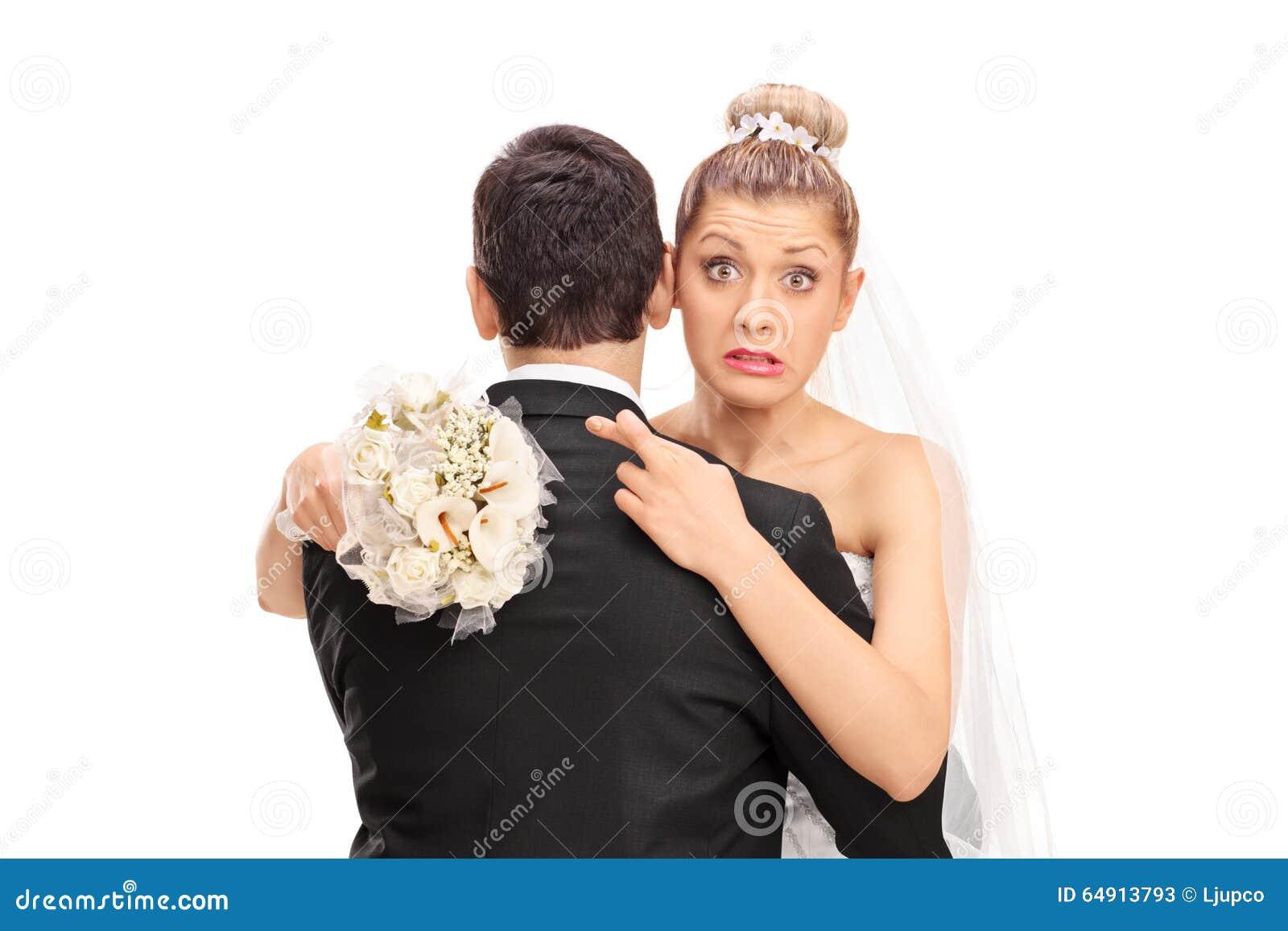 Sposa che abbraccia il suo marito con le sue dita attraversate