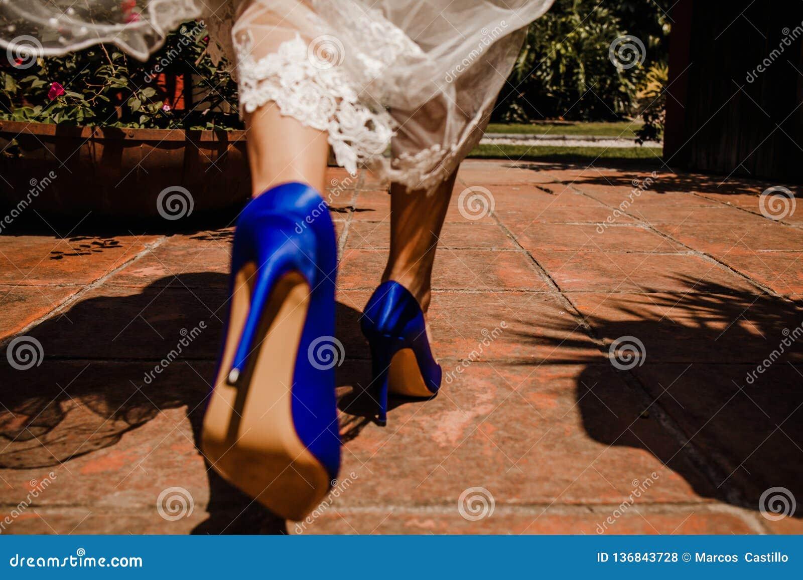 Scarpe Sposa Blu.Sposa Che Cammina Con Le Scarpe Blu Del Tacco Alto Fotografia